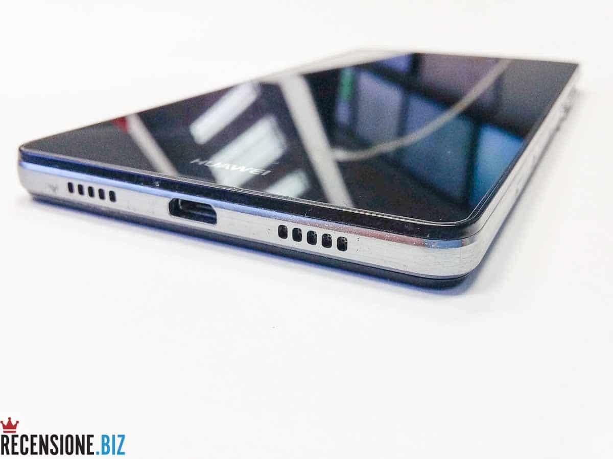 Huawei P8 lite particolare connettore USB e altoparlante