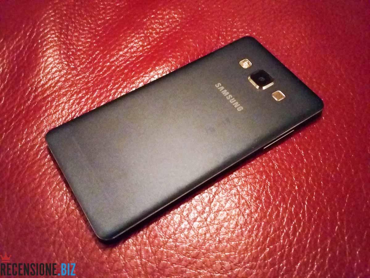Samsung Galaxy A5 SM-A500F vista tre quarti della scocca posteriore monoblocco in alluminio