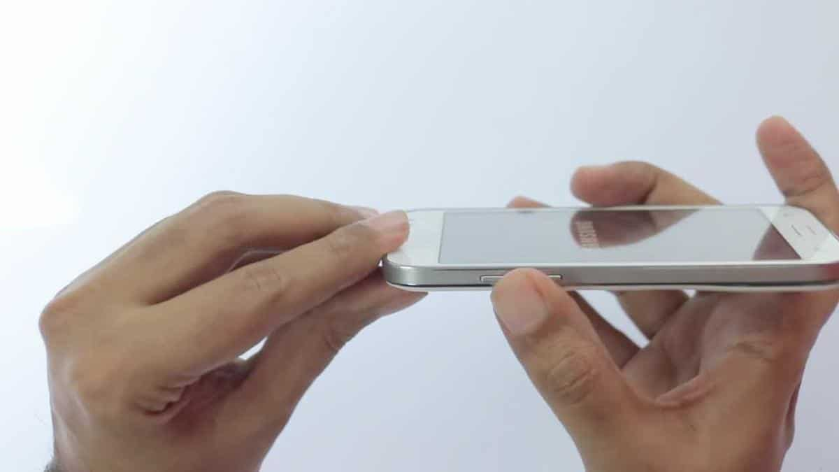 Samsung-Galaxy-Core-Prime-laterale-tasto-volume-premuto