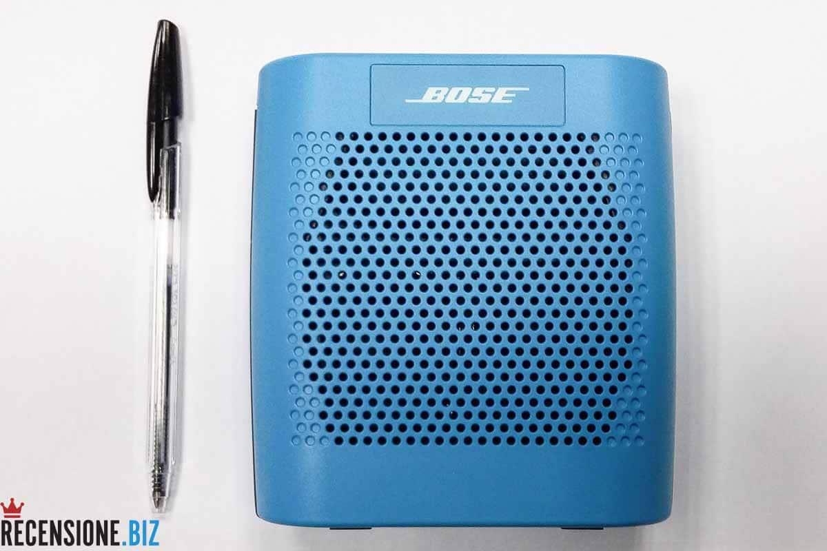 Cassa Bose SoundLink Colour Bluetooth vista frontale comparata con penna bic