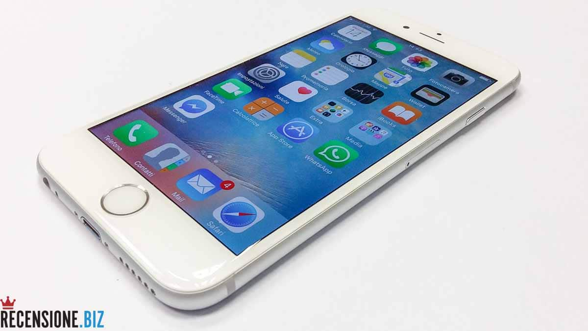 Recensione Apple iPhone 6S - vista tre quarti schermo acceso