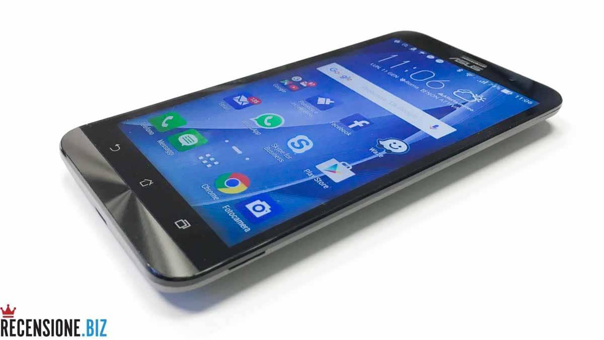 Asus Zenfone 2 ZE551ML tre quarti schermo acceso