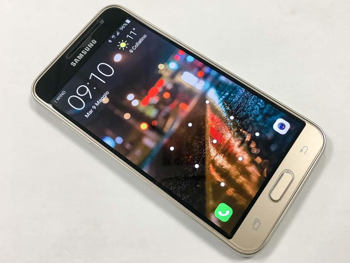 Samsung J3 tre quarti schermo acceso