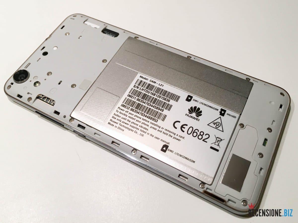 Huawei Y6 II cover posteriore aperta con vista su SIM e SD